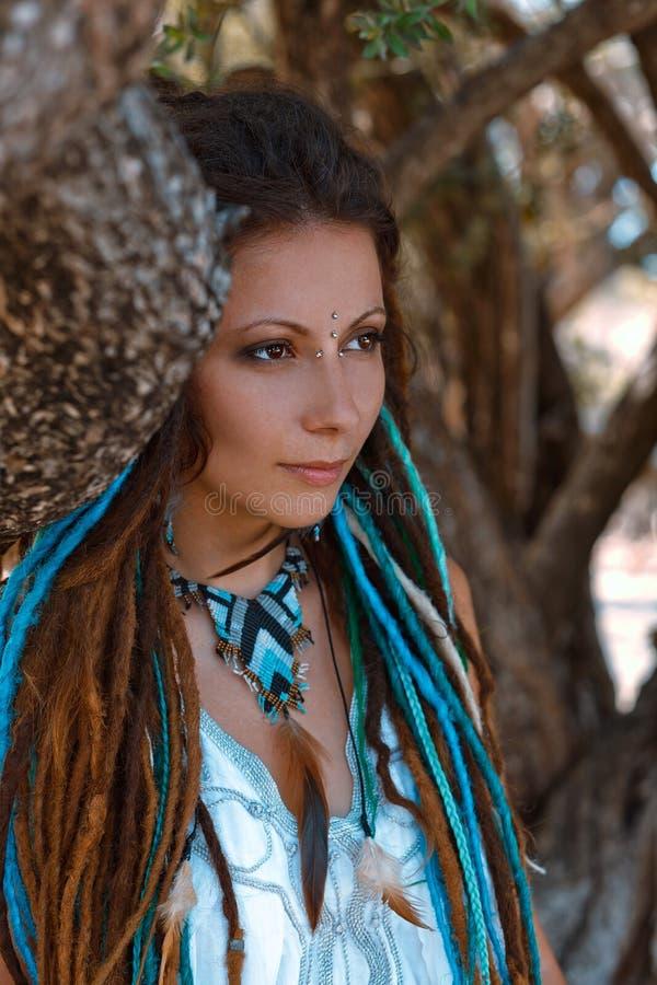 Αισθησιακό πορτρέτο της νέας γυναίκας boho στοκ φωτογραφία με δικαίωμα ελεύθερης χρήσης