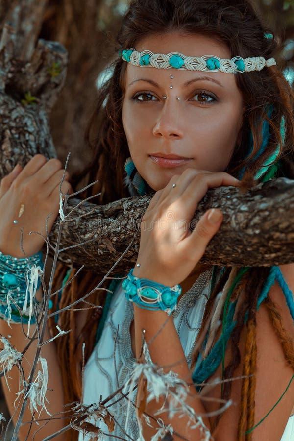 Αισθησιακό πορτρέτο της νέας γυναίκας boho στοκ εικόνες
