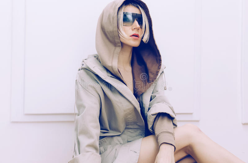 Αισθησιακό πρότυπο στο καθιερώνον τη μόδα παλτό τζιν στοκ φωτογραφία με δικαίωμα ελεύθερης χρήσης