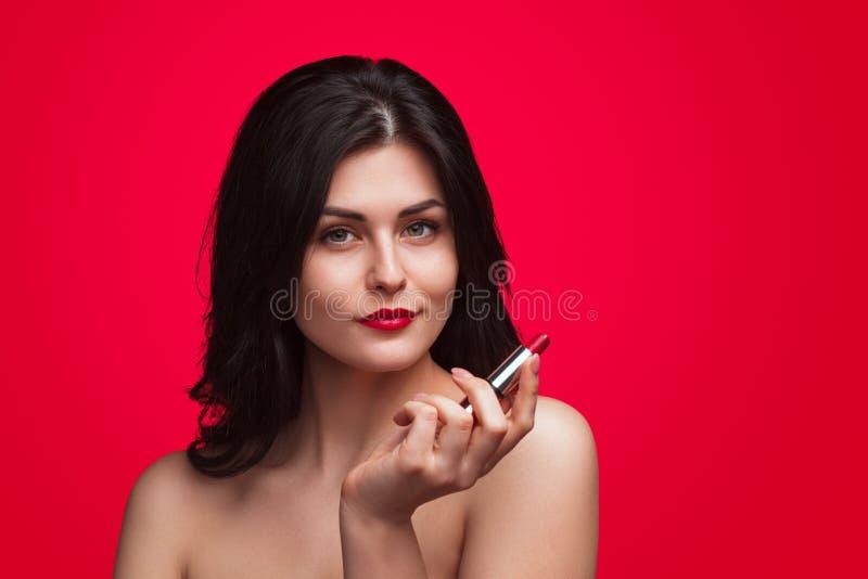 Αισθησιακό brunette με το κόκκινο κραγιόν στοκ εικόνα