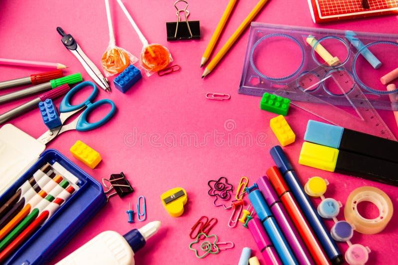 Αισθητές μάνδρες, μολύβια, συνδετήρες των διαφορετικών χρωμάτων σε ένα ρόδινο backgrou στοκ φωτογραφία με δικαίωμα ελεύθερης χρήσης