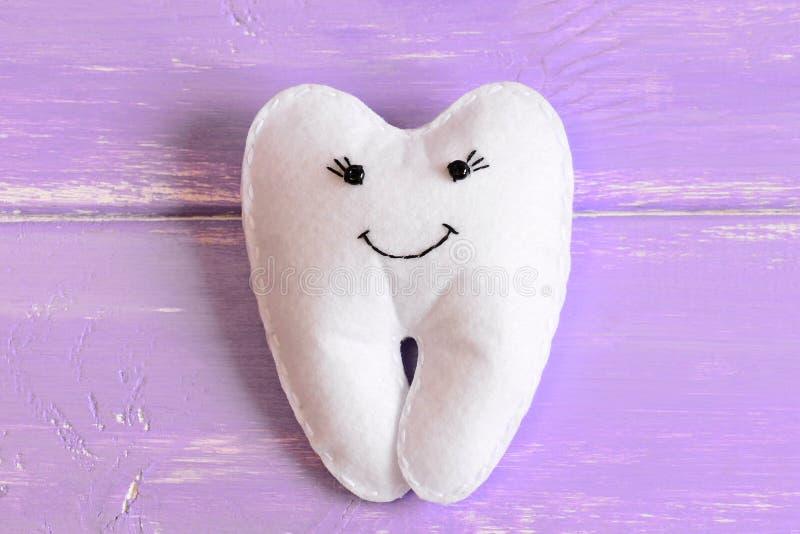 Αισθητό παιχνίδι νεράιδων δοντιών στο ξύλινο υπόβαθρο Λατρευτή αισθητή νεράιδα δοντιών για τα παιδάκια Σπιτικό γεμισμένο το s παι στοκ εικόνες με δικαίωμα ελεύθερης χρήσης