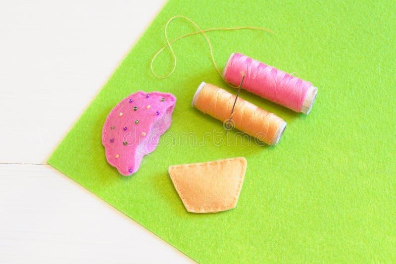 Αισθητό cupcake ράψιμο βήμα Οδηγίες τεχνών ραψίματος για τα παιδιά και τους αρχαρίους στοκ φωτογραφία