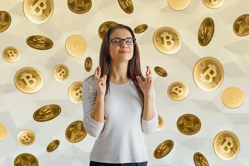 Αισιόδοξη γυναίκα με τα bitcoins στοκ φωτογραφία