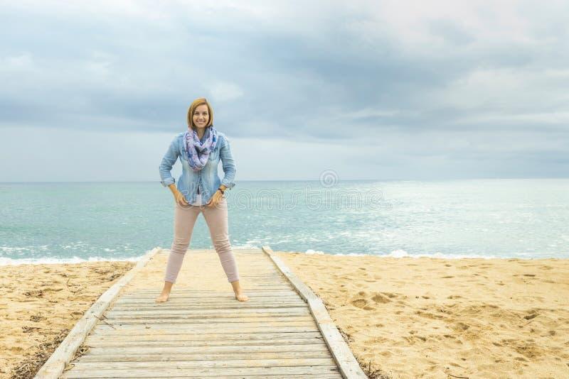 Αισιόδοξος τρόπος της ζωής Δύναμη μιας θετικής γυναίκας στοκ φωτογραφία