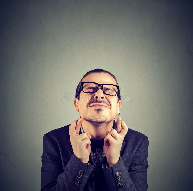 Αισιόδοξο άτομο που διασχίζει τα δάχτυλα για την τύχη στοκ εικόνες