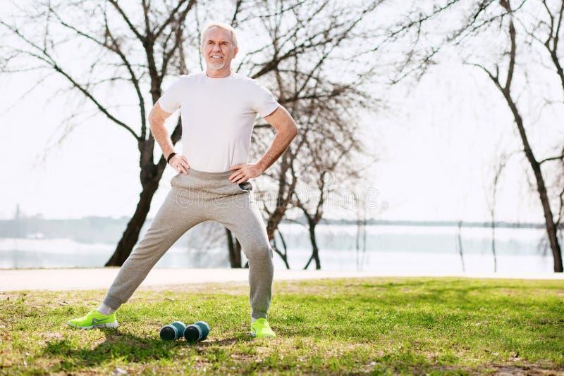 Αισιόδοξο ώριμο άτομο που προετοιμάζεται για το workout στοκ εικόνες