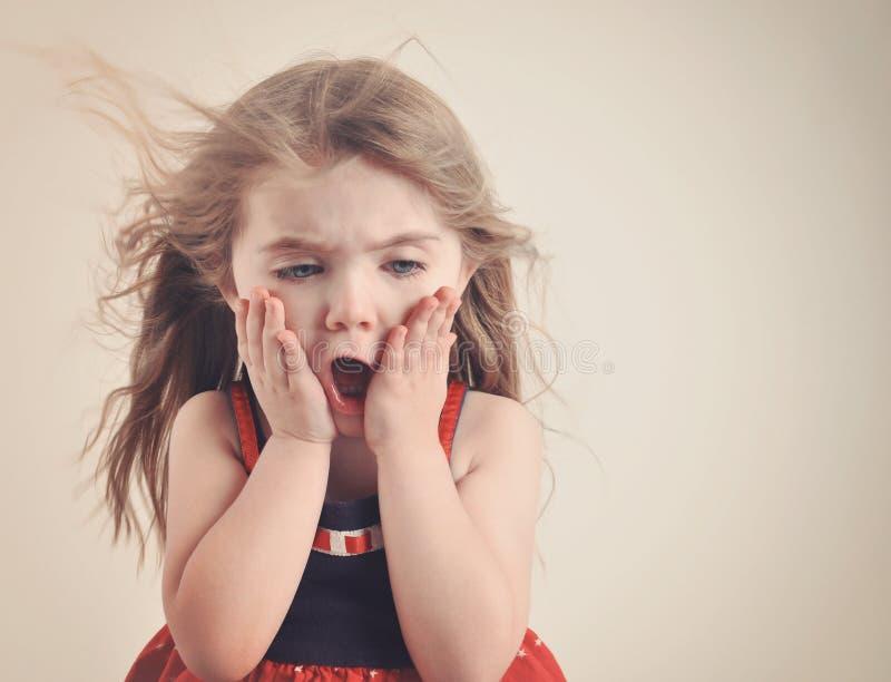 Αιφνιδιαστικό αναδρομικό παιδί στον κλονισμό με Copyspace στοκ φωτογραφία
