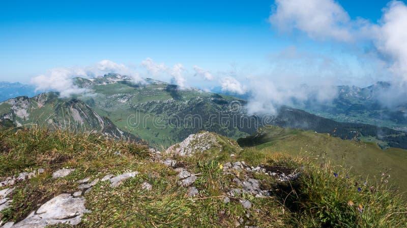 Αιχμές βουνών με έναν μπλε ουρανό και σύννεφα στην Ελβετία στοκ φωτογραφίες με δικαίωμα ελεύθερης χρήσης