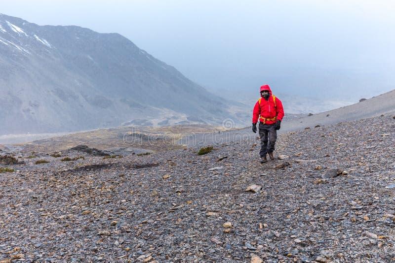 Αιχμή βουνών θύελλας περπατήματος τυχοδιωκτών ατόμων τουριστών backpacker, Περού στοκ εικόνες