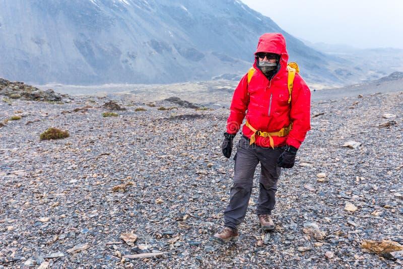 Αιχμή βουνών θύελλας περπατήματος τυχοδιωκτών ατόμων τουριστών backpacker, Περού στοκ εικόνα με δικαίωμα ελεύθερης χρήσης