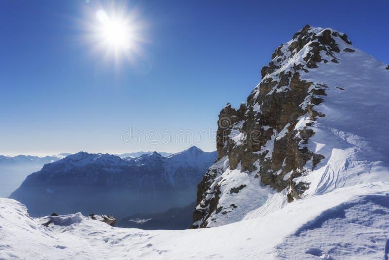 Αιχμή βουνών και πανόραμα χιονιού σε SAN Domenico Di Varzo, Piedmont, Ιταλία στοκ φωτογραφία