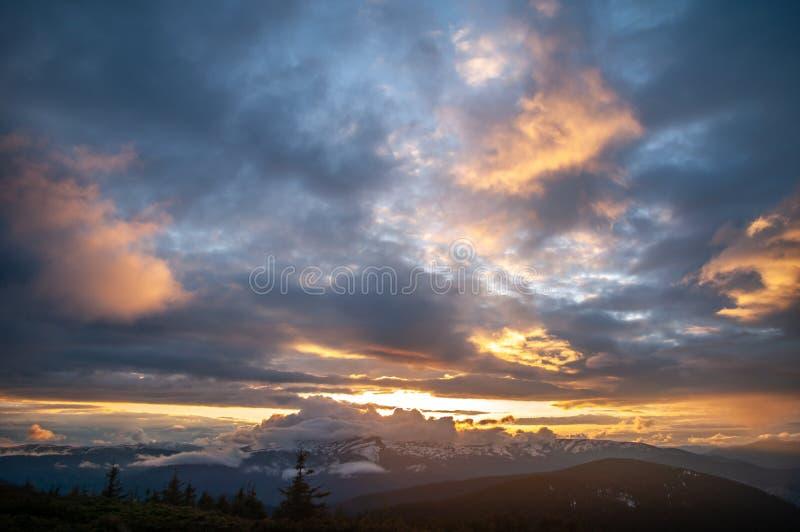 Αιχμή βουνών στα σύννεφα και ομίχλη στο ηλιοβασίλεμα στοκ φωτογραφίες