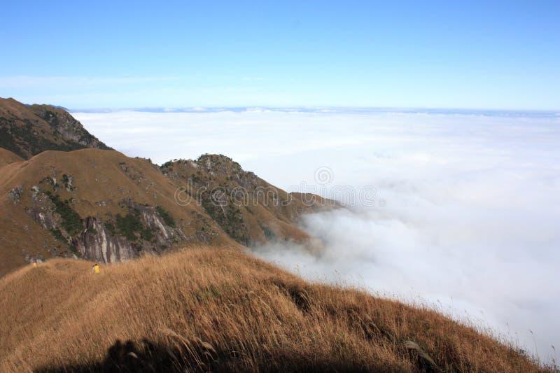 αιχμή βουνών σύννεφων στοκ εικόνες με δικαίωμα ελεύθερης χρήσης