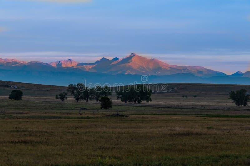 Αιχμή Longs στην ανατολή που βλέπει από τις πεδιάδες του Κολοράντο στοκ φωτογραφία με δικαίωμα ελεύθερης χρήσης