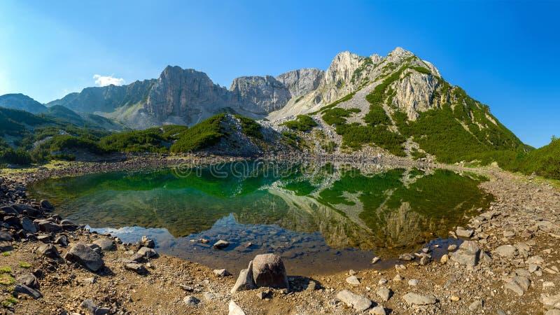 Αιχμή Sinanitsa και λίμνη Sinanishko, βουνό Pirin, Βουλγαρία στοκ φωτογραφία με δικαίωμα ελεύθερης χρήσης