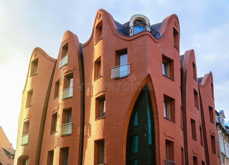 Αιχμηρή πρόσοψη αρχιτεκτονικής οικοδόμησης ξενοδοχείων καμπυλών στο Γντανσκ, Πολωνία στοκ εικόνες