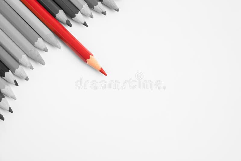 Αιχμηρή στάση μολυβιών κόκκινου χρώματος από άλλα μολύβια στοκ φωτογραφία