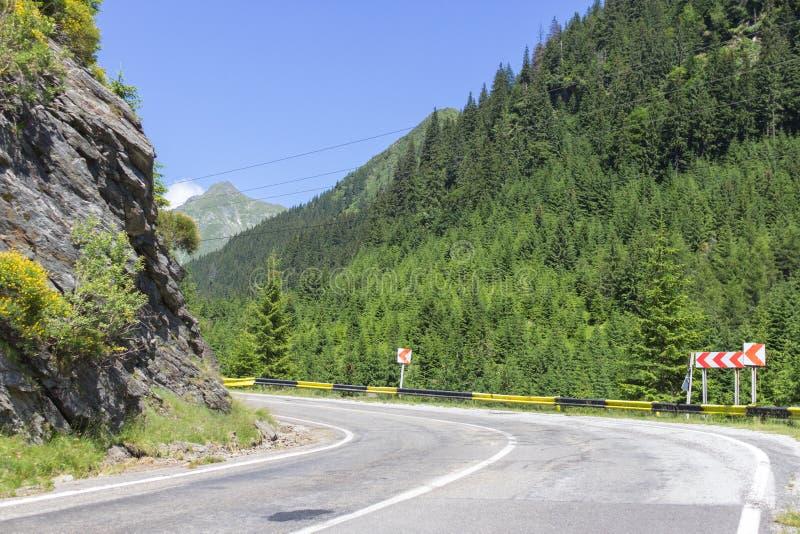 Αιχμηρή στροφή που αφήνεται στο δρόμο στα βουνά στοκ εικόνες με δικαίωμα ελεύθερης χρήσης