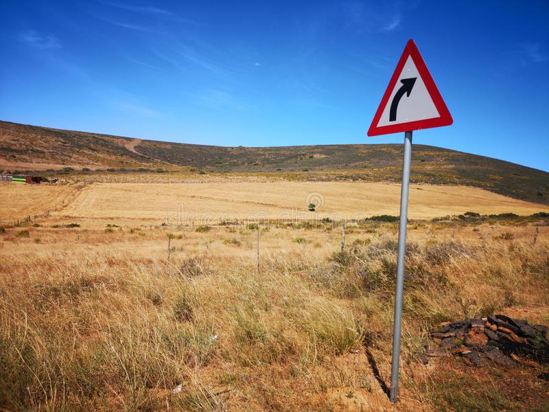 Αιχμηρό αριστερό οδικό σημάδι στοκ εικόνες με δικαίωμα ελεύθερης χρήσης