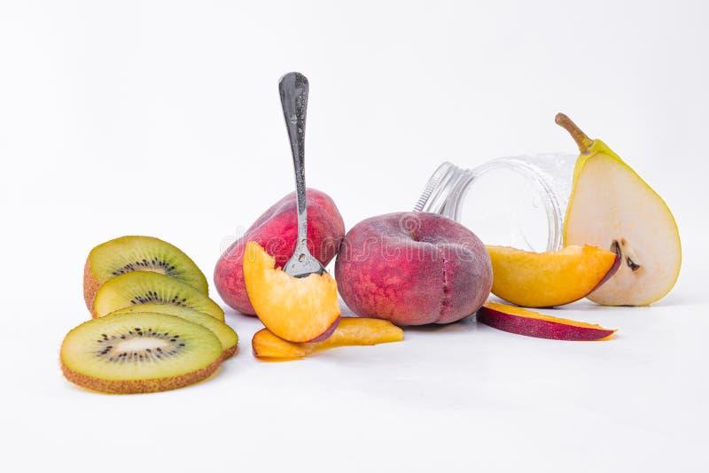 Ακέραιο ακτινίδιο, ολόκληρο επίπεδο ροδάκινο - Φέτες πράσινου ακτινιού, επίπεδες φέτες ροδάκινου - Πρόγευμα νωπών και γλυκών φρού στοκ εικόνες