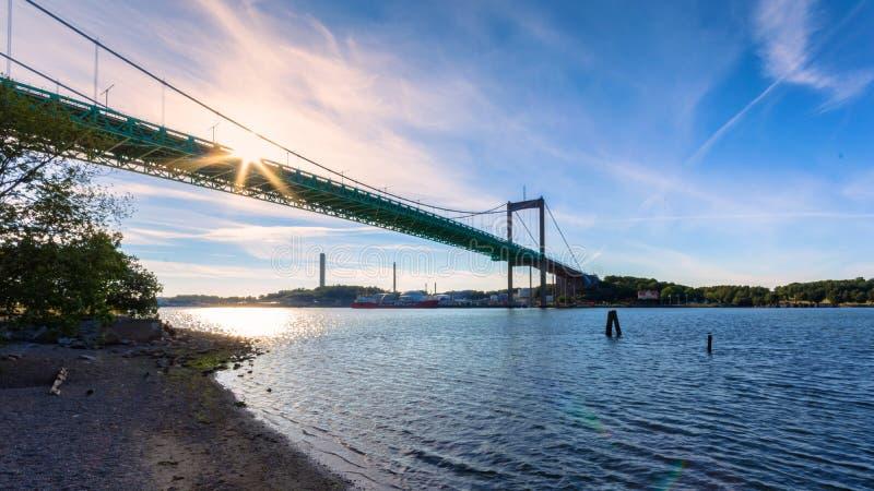 Ακίδες ήλιων που κρυφοκοιτάζουν μέσω της γέφυρας στοκ εικόνες με δικαίωμα ελεύθερης χρήσης