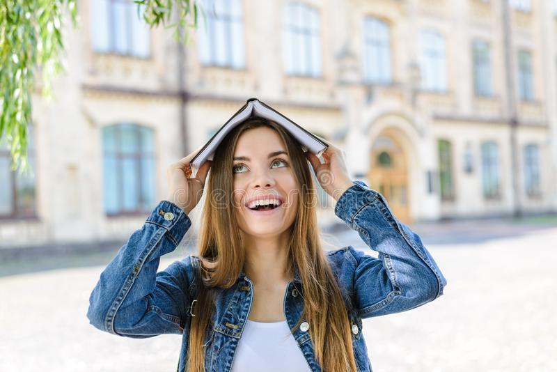 Ακαδημαϊκή ανθρώπων υποτροφιών αστεία φοβιτσιάρης συγκίνησης έννοια σημαδιών έκφρασης του προσώπου εύκολη άριστη καλή Κλείστε επά στοκ φωτογραφίες με δικαίωμα ελεύθερης χρήσης