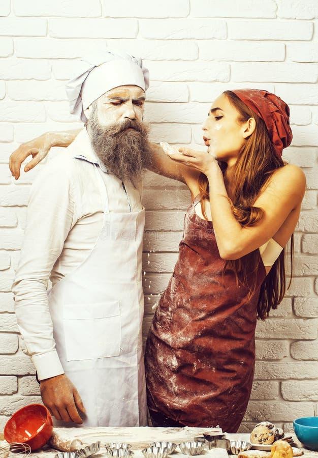 Ακατάστατοι όμορφοι κορίτσι και μάγειρας στοκ εικόνα με δικαίωμα ελεύθερης χρήσης