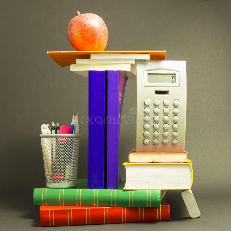 Ακατάστατος σωρός των σχολικών βιβλίων με το κόκκινο μήλο στοκ φωτογραφία με δικαίωμα ελεύθερης χρήσης
