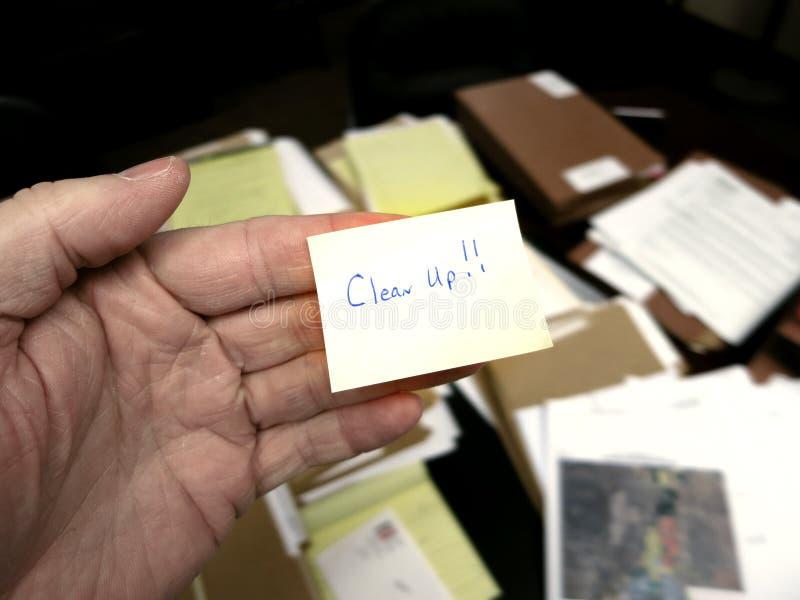 Ακατάστατο γραφείο με την καθαρή επάνω σημείωση στοκ φωτογραφία με δικαίωμα ελεύθερης χρήσης