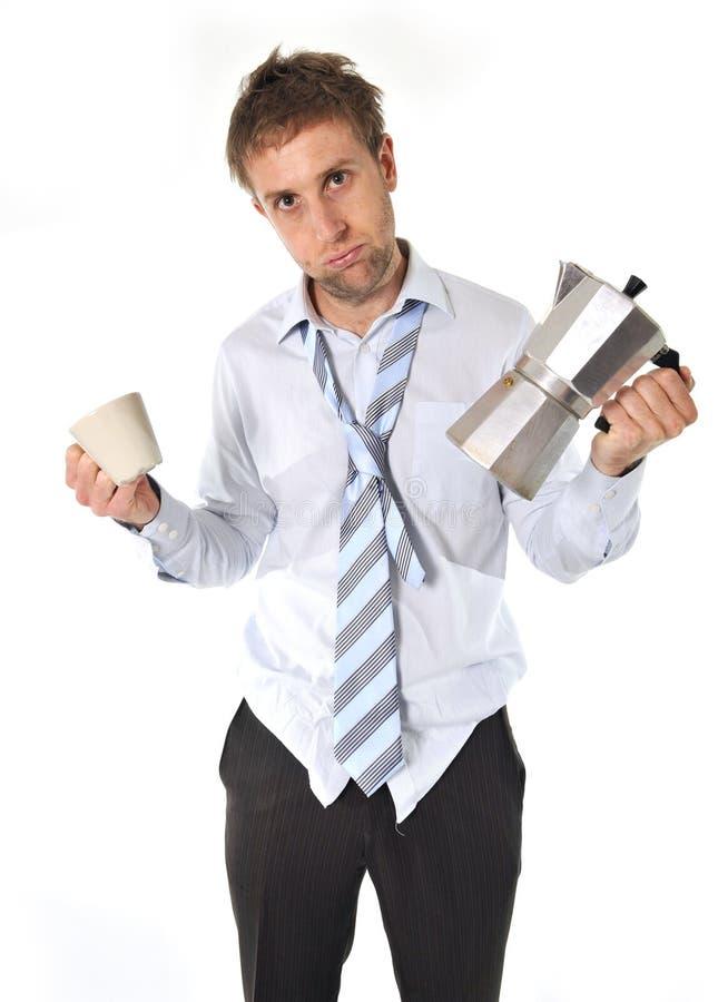 Ακατάστατο επιχειρησιακό άτομο με τον καφέ po εκμετάλλευσης απόλυσης στοκ εικόνες