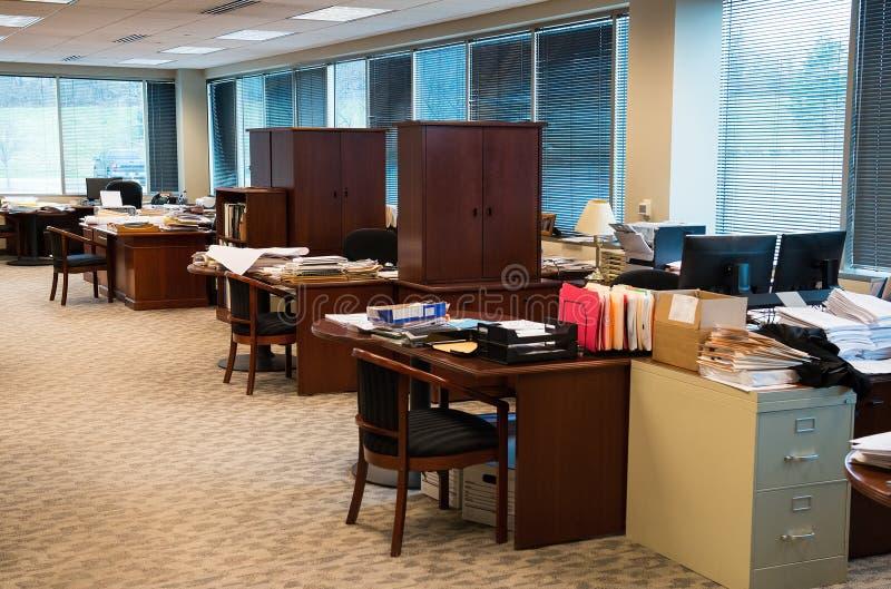 Ακατάστατο επιχειρησιακό γραφείο, εργασιακός χώρος, θαλαμίσκοι στοκ φωτογραφία με δικαίωμα ελεύθερης χρήσης