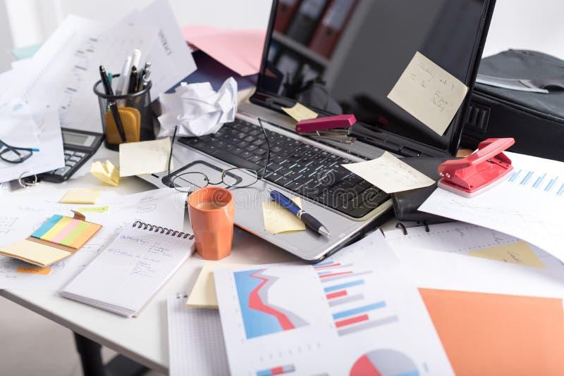 Ακατάστατο και σωριασμένο γραφείο στοκ φωτογραφία με δικαίωμα ελεύθερης χρήσης