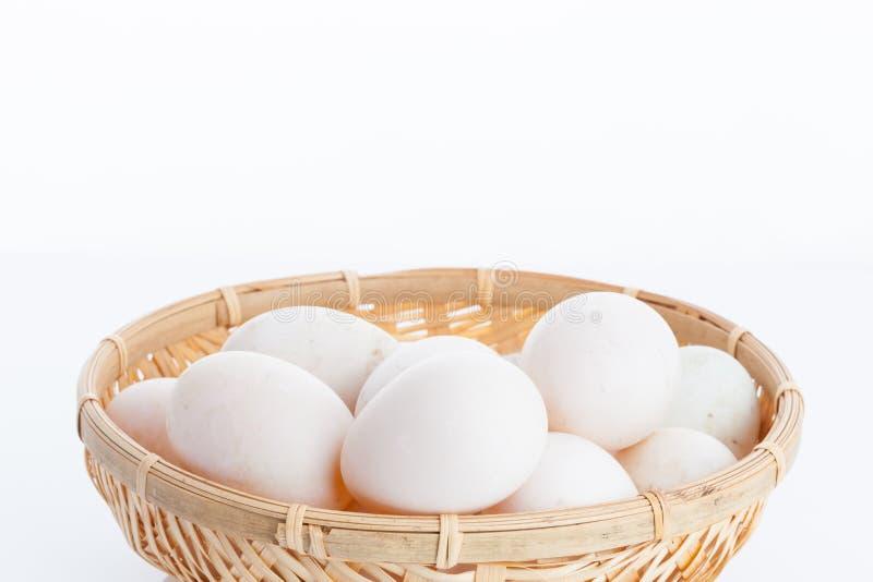 Ακατέργαστα βρώμικα αυγά παπιών στο καλάθι κύπελλων μπαμπού στοκ εικόνες