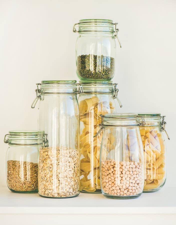 Ακατέργαστα δημητριακά, σιτάρια, φασόλια και ζυμαρικά για το υγιές μαγείρεμα στοκ φωτογραφία