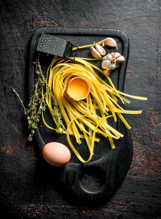 Ακατέργαστα ζυμαρικά σπιτικά με το σκόρδο, τα αυγά και το θυμάρι στοκ φωτογραφίες με δικαίωμα ελεύθερης χρήσης