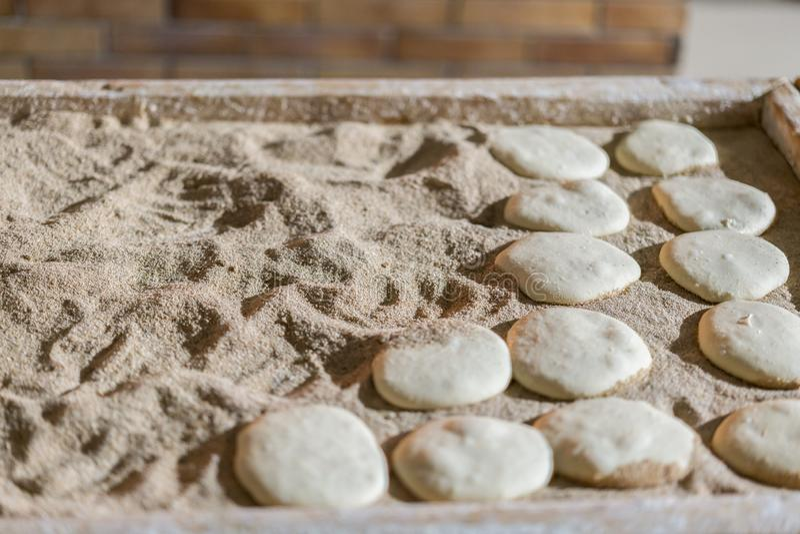 Ακατέργαστα κέικ ψωμιού Προετοιμασίες στην κουζίνα για ένα συμπαθητικό γεύμα στοκ φωτογραφίες με δικαίωμα ελεύθερης χρήσης
