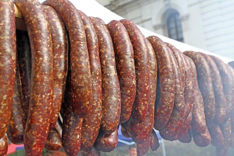 Ακατέργαστα καπνισμένα λουκάνικα υπαίθρια Κρέας που ψήνεται bbq σχαρών Λιχουδιές κρέατος Σπιτικά λουκάνικα λουκάνικων στη σχάρα Ο στοκ εικόνες
