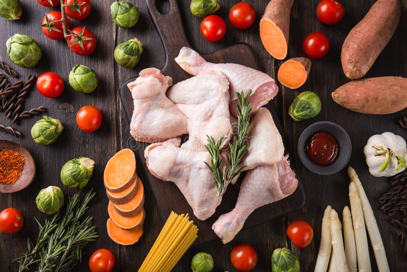 Ακατέργαστα κομμάτια κοτόπουλου και φρέσκα λαχανικά στοκ εικόνες με δικαίωμα ελεύθερης χρήσης