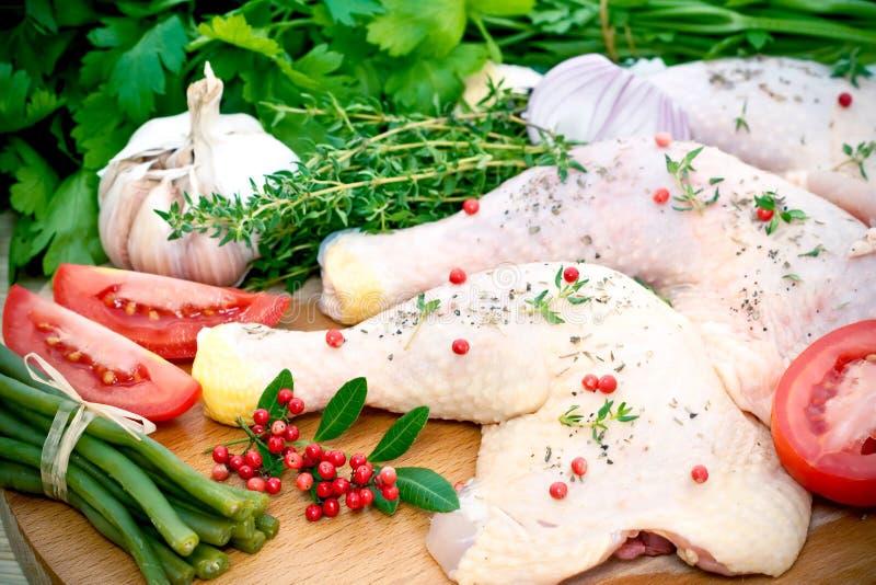 Ακατέργαστα κοτόπουλο και καρύκευμα στοκ φωτογραφία