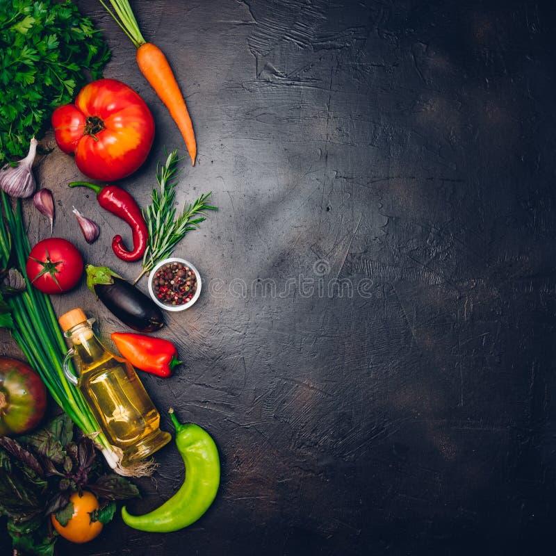 Ακατέργαστα οργανικά λαχανικά με τα φρέσκα συστατικά για εποικοδομητικά να μαγειρεψει στο εκλεκτής ποιότητας υπόβαθρο Σχεδιάγραμμ στοκ φωτογραφία