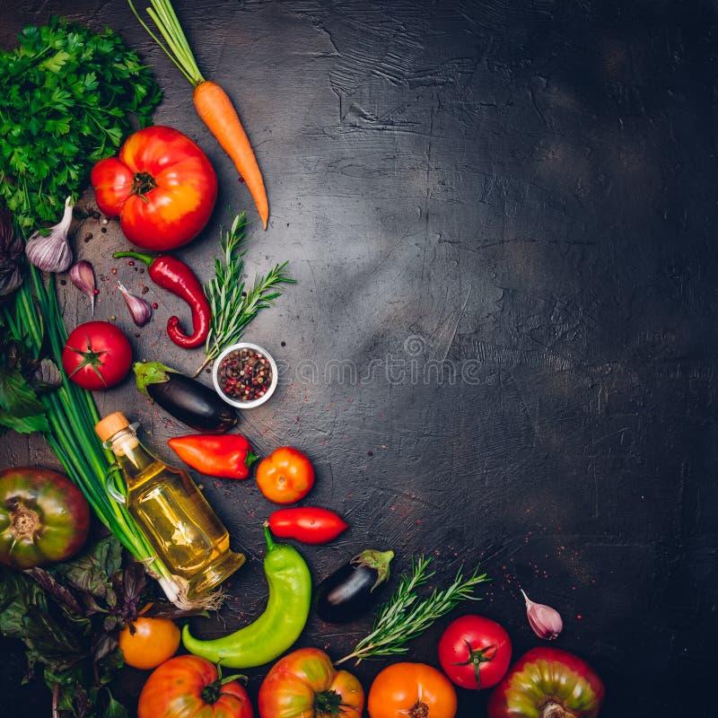 Ακατέργαστα οργανικά λαχανικά με τα φρέσκα συστατικά για εποικοδομητικά να μαγειρεψει στο εκλεκτής ποιότητας υπόβαθρο Σχεδιάγραμμ στοκ εικόνες
