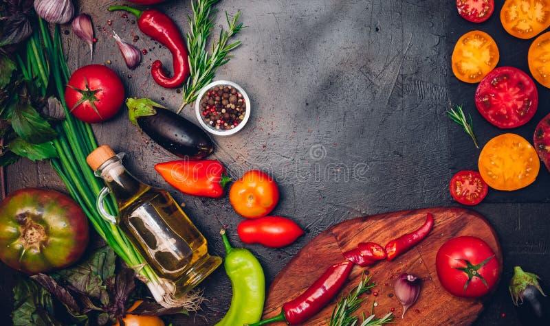 Ακατέργαστα οργανικά λαχανικά με τα φρέσκα συστατικά για εποικοδομητικά να μαγειρεψει στο εκλεκτής ποιότητας υπόβαθρο Σχεδιάγραμμ στοκ εικόνα με δικαίωμα ελεύθερης χρήσης