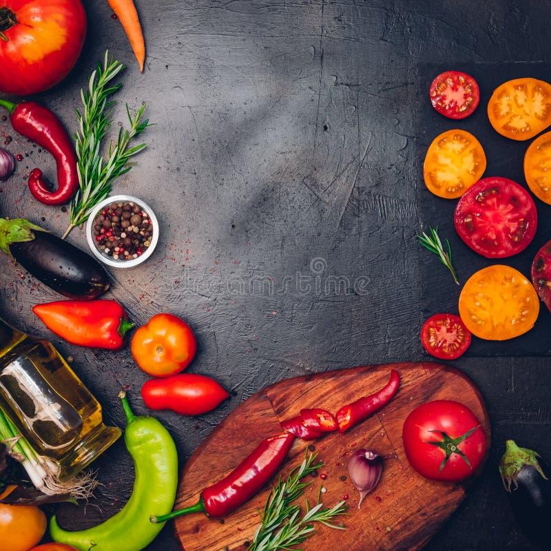 Ακατέργαστα οργανικά λαχανικά με τα φρέσκα συστατικά για εποικοδομητικά να μαγειρεψει στο εκλεκτής ποιότητας υπόβαθρο Σχεδιάγραμμ στοκ φωτογραφίες