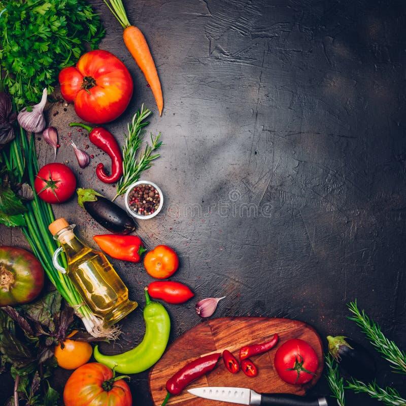 Ακατέργαστα οργανικά λαχανικά με τα φρέσκα συστατικά για εποικοδομητικά να μαγειρεψει στο εκλεκτής ποιότητας υπόβαθρο Σχεδιάγραμμ στοκ φωτογραφία με δικαίωμα ελεύθερης χρήσης