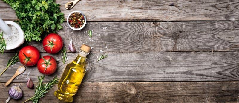 Ακατέργαστα οργανικά λαχανικά με τα φρέσκα συστατικά για εποικοδομητικά να μαγειρεψει στο εκλεκτής ποιότητας υπόβαθρο Έννοια τροφ στοκ εικόνα με δικαίωμα ελεύθερης χρήσης