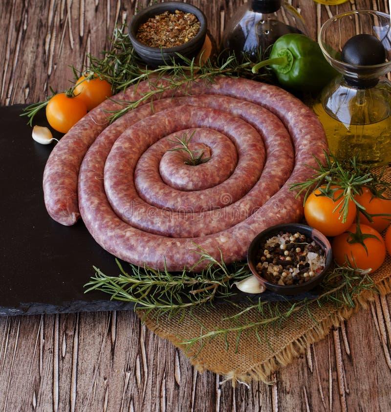 Ακατέργαστα λουκάνικα βόειου κρέατος, εκλεκτική εστίαση στοκ φωτογραφία με δικαίωμα ελεύθερης χρήσης