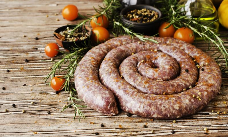 Ακατέργαστα λουκάνικα βόειου κρέατος, εκλεκτική εστίαση στοκ φωτογραφίες