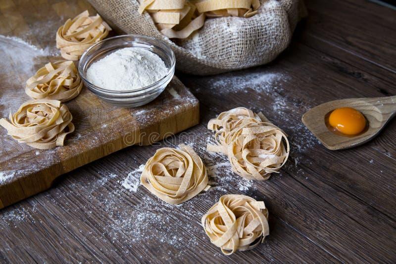Ακατέργαστα σπιτικά ζυμαρικά και συστατικά για τα ζυμαρικά στοκ εικόνα