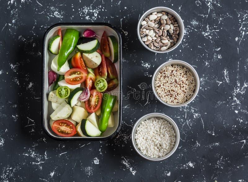 Ακατέργαστα συστατικά για το μεσημεριανό γεύμα - τεμαχισμένα λαχανικά για το ψήσιμο και τα σιτάρια - φασόλια, ρύζι, quinoa, σε έν στοκ εικόνες με δικαίωμα ελεύθερης χρήσης